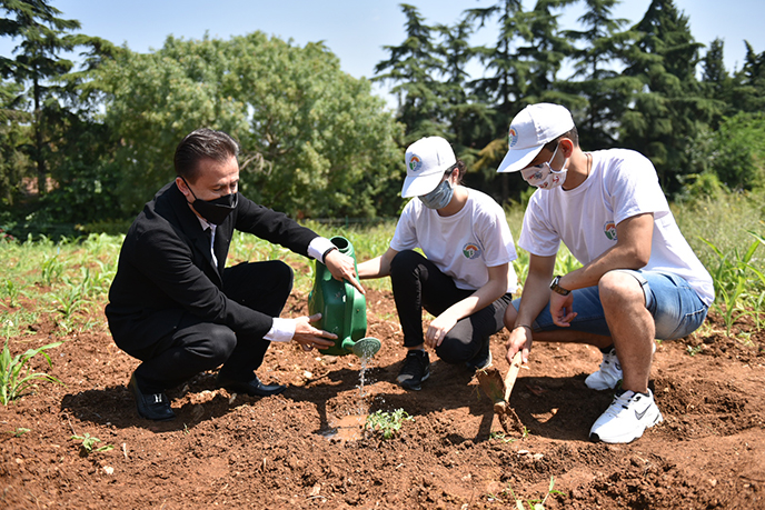 Tuzlalı gençler, her ihtiyaç sahibi için bir tohumu toprakla buluşturdu